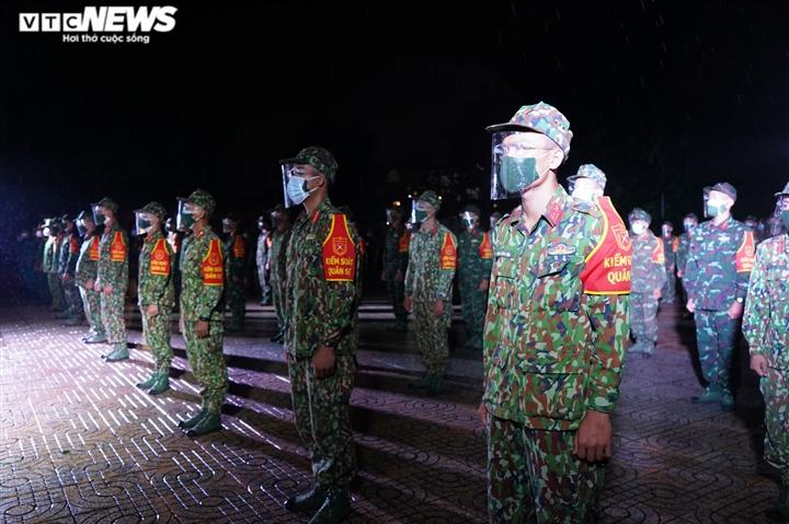 Quân đội ra quân trong đêm đầu TP.HCM siết chặt giãn cách xã hội - 4