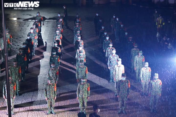 Quân đội ra quân trong đêm đầu TP.HCM siết chặt giãn cách xã hội - 1