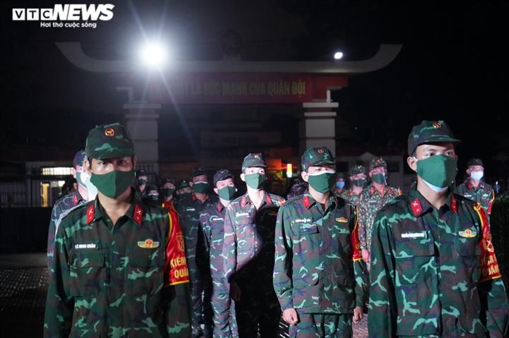 Quân đội ra quân trong đêm đầu TP.HCM siết chặt giãn cách xã hội - 3