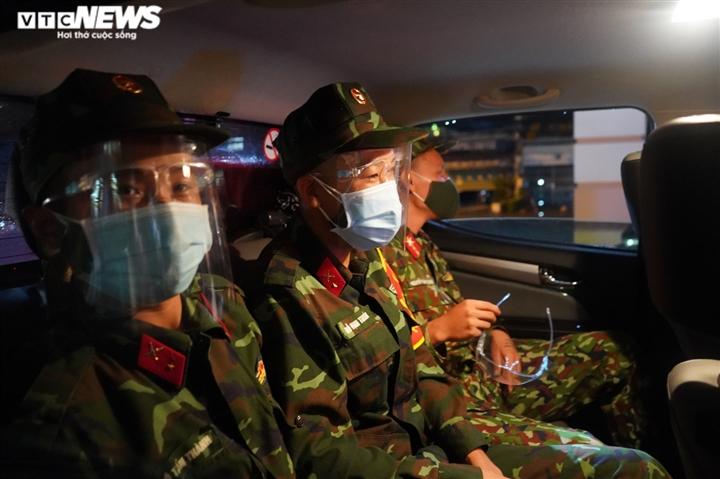 Quân đội ra quân trong đêm đầu TP.HCM siết chặt giãn cách xã hội - 7