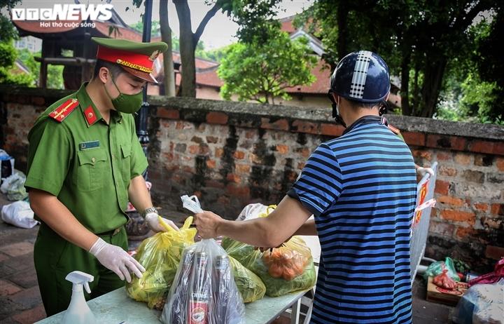 Hà Nội: Tiếp tế lương thực cho gần 500 nhân khẩu bị phong toả ở phường Văn Miếu