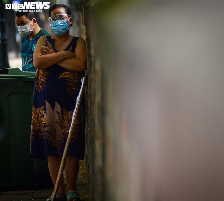 Hà Nội: Tiếp tế lương thực cho gần 500 nhân khẩu bị phong toả ở phường Văn Miếu - 9