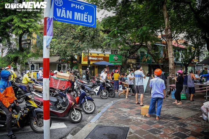 Hà Nội: Tiếp tế lương thực cho gần 500 nhân khẩu bị phong toả ở phường Văn Miếu - 1