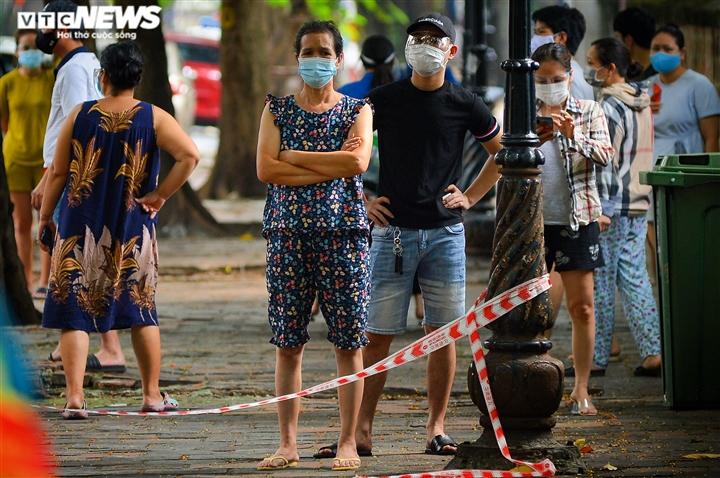 Hà Nội: Tiếp tế lương thực cho gần 500 nhân khẩu bị phong toả ở phường Văn Miếu - 7