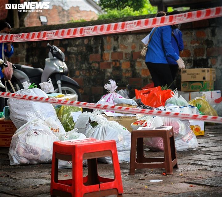 Hà Nội: Tiếp tế lương thực cho gần 500 nhân khẩu bị phong toả ở phường Văn Miếu - 6