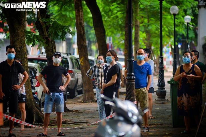 Hà Nội: Tiếp tế lương thực cho gần 500 nhân khẩu bị phong toả ở phường Văn Miếu - 8