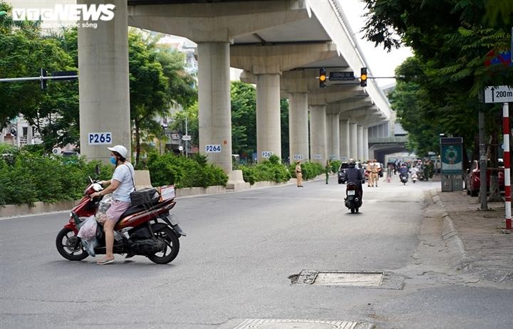 """Ảnh: Tổ """"cơ động mạnh"""" đón lõng, bắt hàng loạt xe quay đầu né chốt ở Hà Nội"""