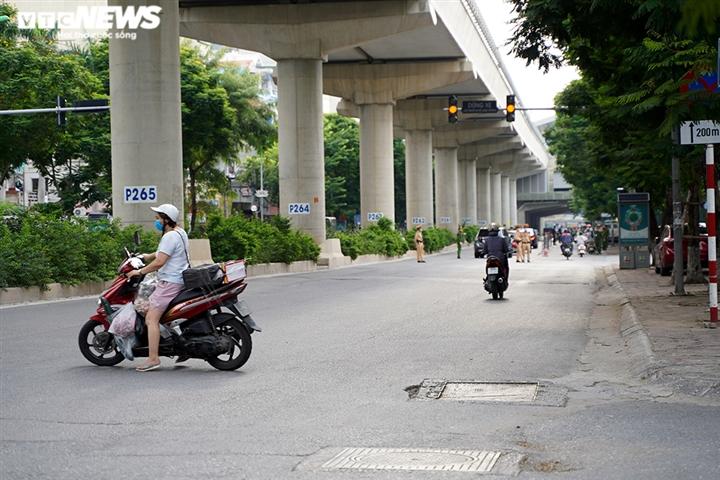 Ảnh: Tổ 'cơ động mạnh' đón lõng, bắt hàng loạt xe quay đầu né chốt ở Hà Nội - 1