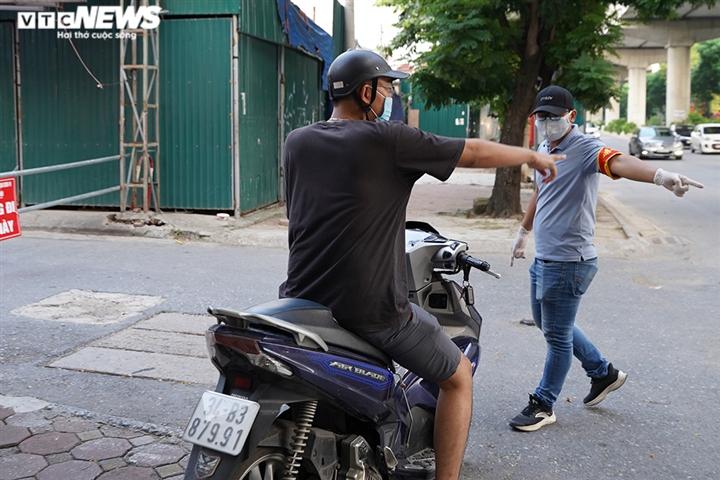 Ảnh: Tổ 'cơ động mạnh' đón lõng, bắt hàng loạt xe quay đầu né chốt ở Hà Nội - 4
