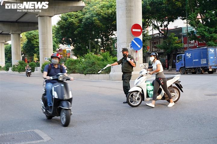Ảnh: Tổ 'cơ động mạnh' đón lõng, bắt hàng loạt xe quay đầu né chốt ở Hà Nội - 7