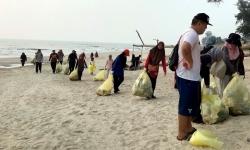 Thị trưởng cho đổ rác ra bãi biển để dân dọn dẹp