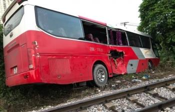 Nhân chứng kể phút tàu hỏa húc văng xe đưa đón học sinh ở Hà Nội