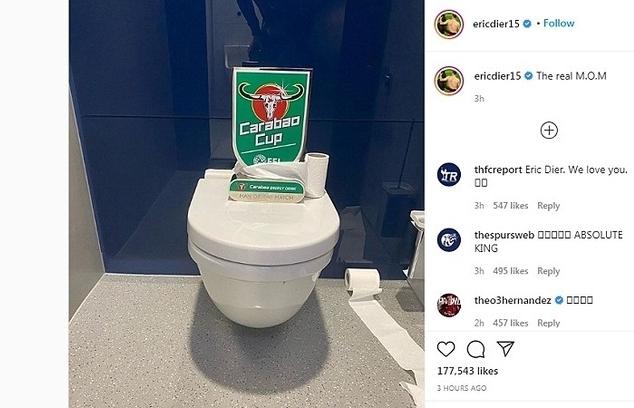 mourinho cau vi hoc tro di toilet giua tran