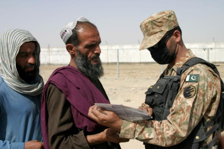 Sân bay đóng cửa, người tị nạn Afghanistan chạy trốn ra biên giới - 1