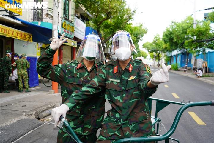 Ảnh: Bộ đội đẩy xe thồ đến từng con hẻm, phát quà cho người dân TP.HCM - 13