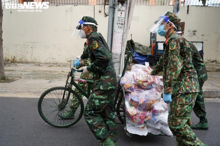 Ảnh: Bộ đội đẩy xe thồ đến từng con hẻm, phát quà cho người dân TP.HCM - 2