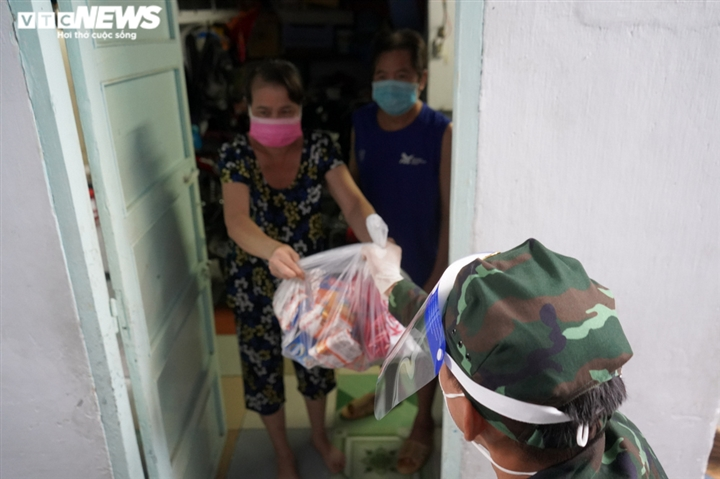 Ảnh: Bộ đội đẩy xe thồ đến từng con hẻm, phát quà cho người dân TP.HCM - 11
