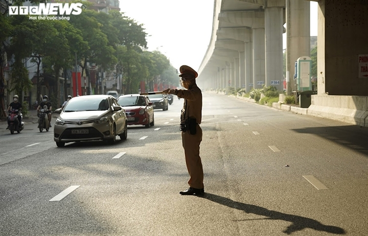 """Ảnh: Ngày làm việc đầu tiên của 21 chốt kiểm soát việc ra vào """"vùng đỏ"""" Hà Nội"""