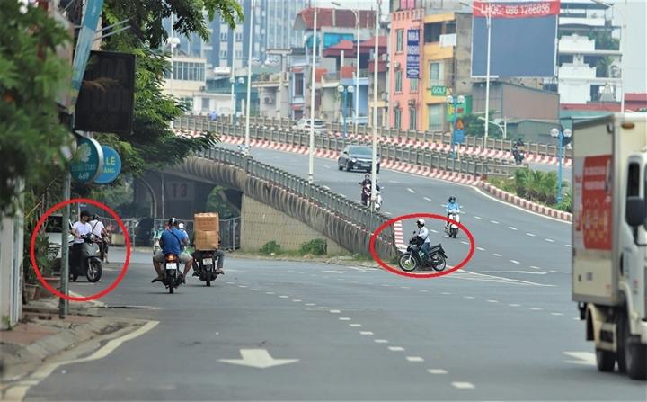 Người Hà Nội đi ngược chiều lên cầu Vĩnh Tuy, né chốt kiểm soát 'vùng đỏ' - 5