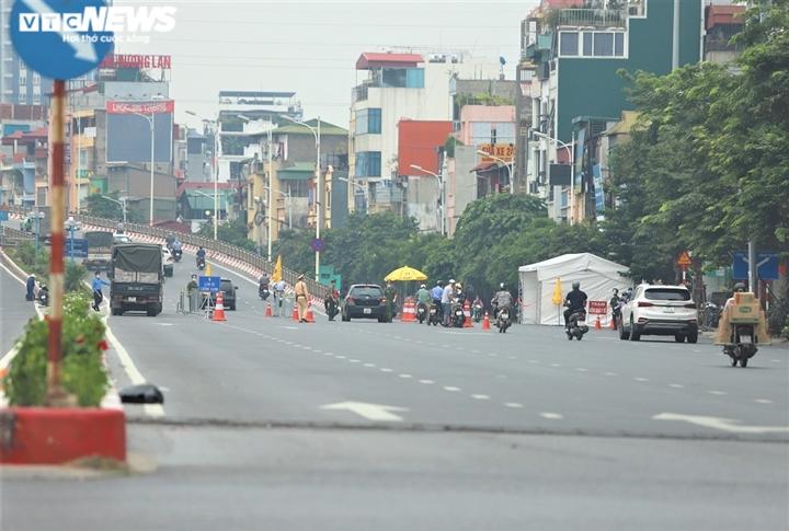 Người Hà Nội đi ngược chiều lên cầu Vĩnh Tuy, né chốt kiểm soát 'vùng đỏ' - 1