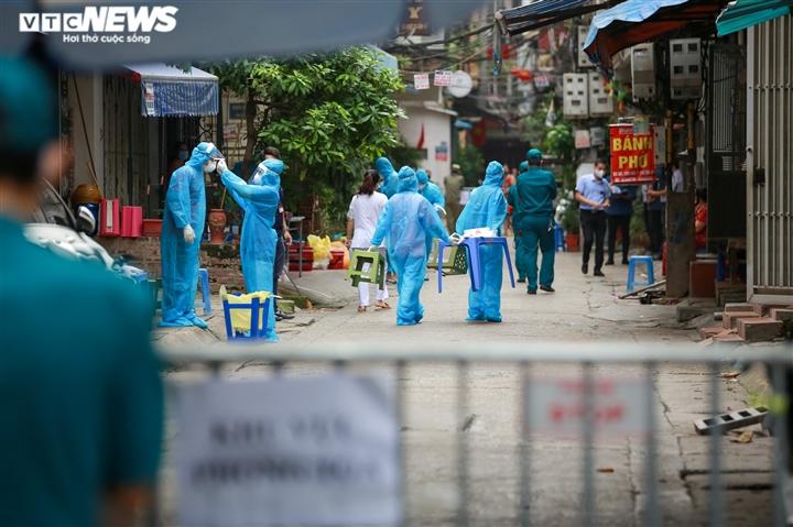 Ảnh: Hà Nội phong tỏa khu dân cư 800 người sau khi phát hiện 4 ca mắc COVID-19 - 1
