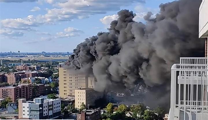 Ảnh: Cháy khủng khiếp tại bệnh viện ở Mỹ tạo cột khói đen cao ngút - 1