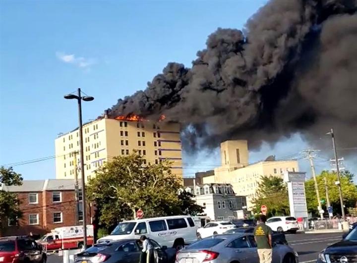 Ảnh: Cháy khủng khiếp tại bệnh viện ở Mỹ tạo cột khói đen cao ngút - 2