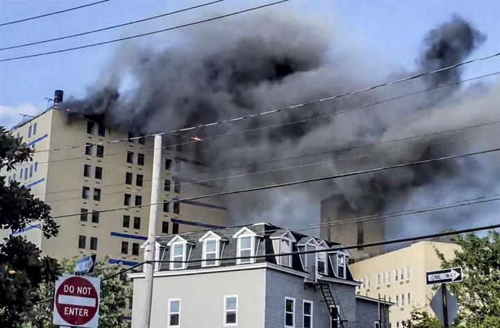 Ảnh: Cháy khủng khiếp tại bệnh viện ở Mỹ tạo cột khói đen cao ngút - 4