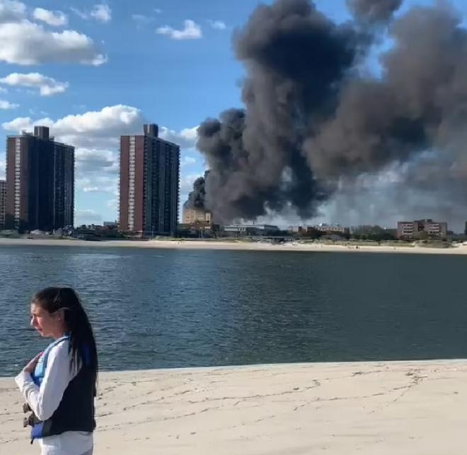 Ảnh: Cháy khủng khiếp tại bệnh viện ở Mỹ tạo cột khói đen cao ngút - 3
