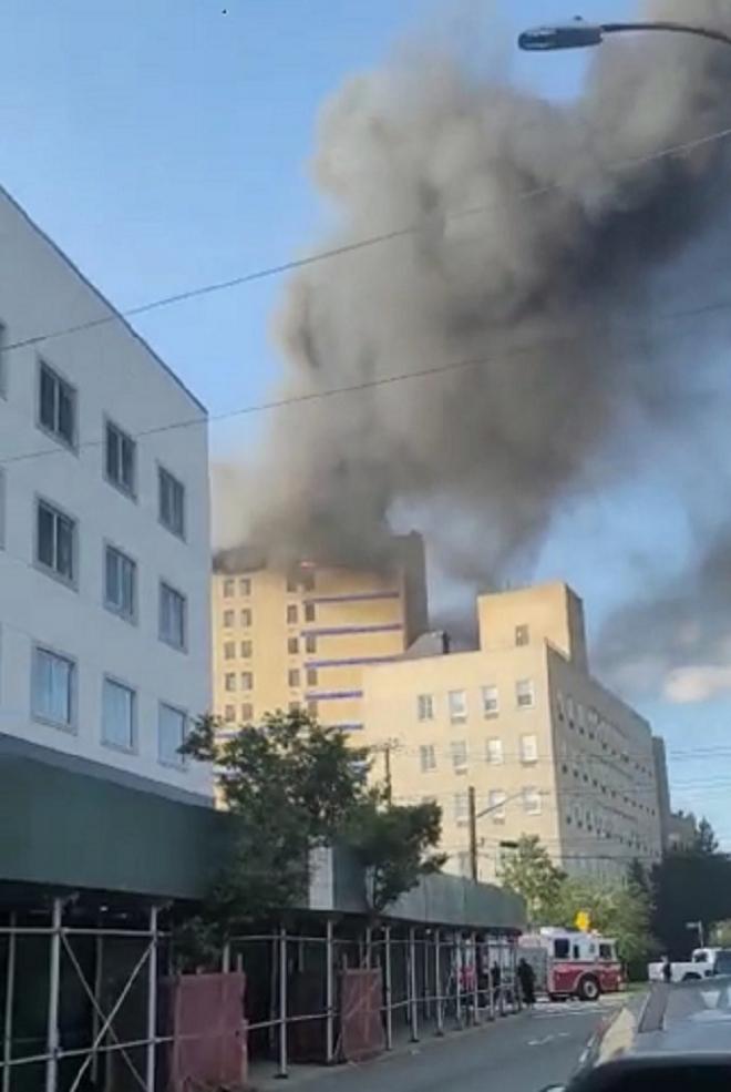 Ảnh: Cháy khủng khiếp tại bệnh viện ở Mỹ tạo cột khói đen cao ngút - 5
