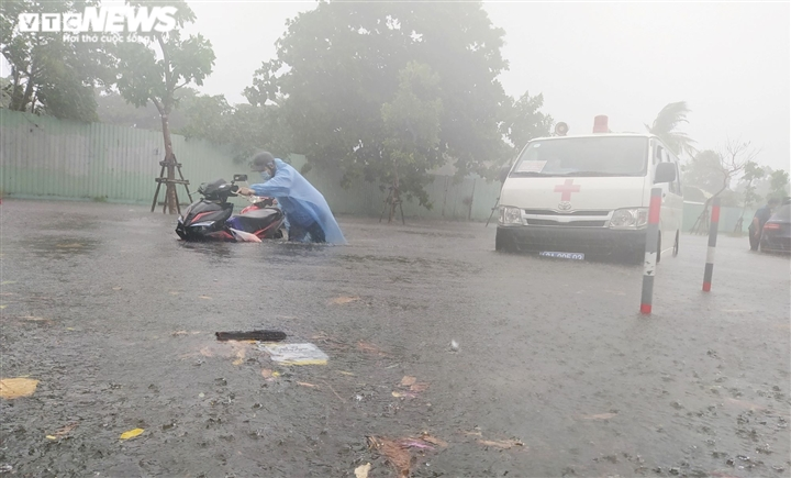 Bão số 5 chưa đổ bộ, đường Đà Nẵng đã thành sông, xe chết máy la liệt - 5