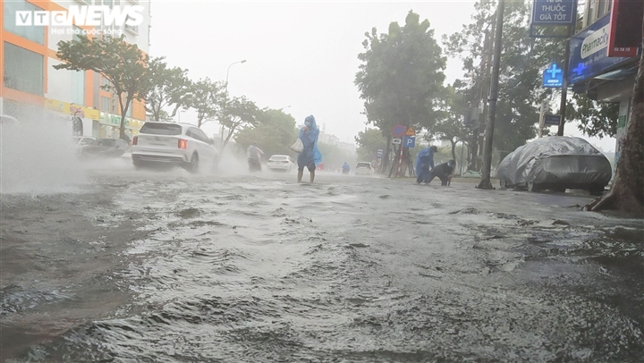 Bão số 5 chưa đổ bộ, đường Đà Nẵng đã thành sông, xe chết máy la liệt - 7