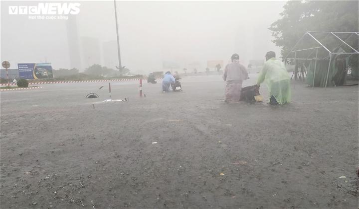 Bão số 5 chưa đổ bộ, đường Đà Nẵng đã thành sông, xe chết máy la liệt - 2