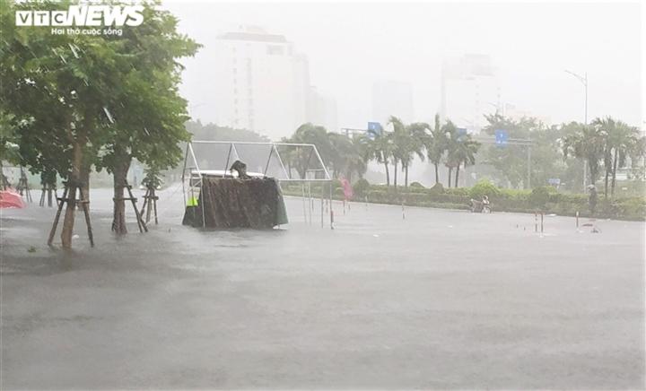 Bão số 5 chưa đổ bộ, đường Đà Nẵng đã thành sông, xe chết máy la liệt - 1