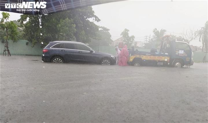 Bão số 5 chưa đổ bộ, đường Đà Nẵng đã thành sông, xe chết máy la liệt - 4