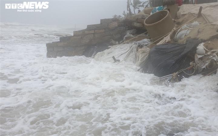 Ảnh: Mưa to, sóng lớn cuộn trào, người dân hối hả 'vá' bờ biển Hội An - 4