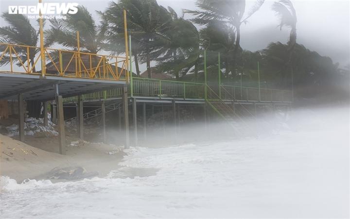 Ảnh: Mưa to, sóng lớn cuộn trào, người dân hối hả 'vá' bờ biển Hội An - 1