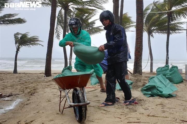Ảnh: Mưa to, sóng lớn cuộn trào, người dân hối hả 'vá' bờ biển Hội An - 6