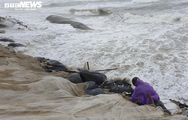 Ảnh: Mưa to, sóng lớn cuộn trào, người dân hối hả 'vá' bờ biển Hội An - 2