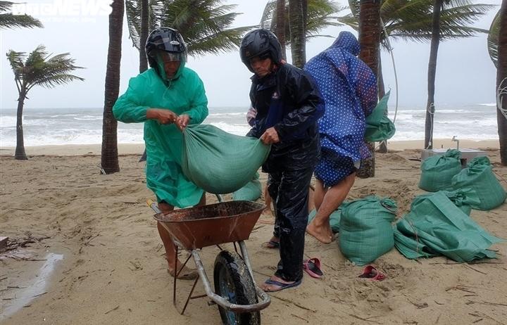 Người dân Quảng Nam và 2 huyện Quảng Ngãi không ra đường cho đến khi bão tan