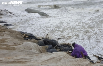 """Ảnh: Mưa to, sóng lớn cuộn trào, người dân hối hả """"vá"""" bờ biển Hội An"""