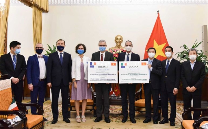 Việt Nam tiếp nhận 1,5 triệu liều vaccine COVID-19 từ Pháp và Italia - 1