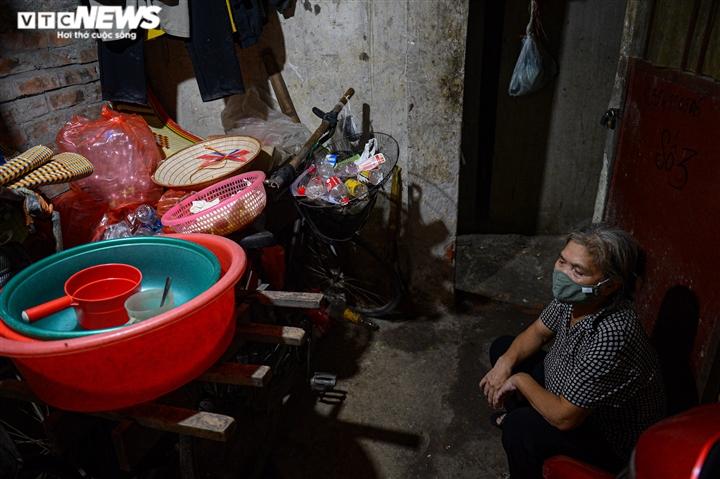 Ảnh: Xóm trọ nghèo bên bãi đất ven sông Hồng lao đao trong đại dịch COVID-19 - 4