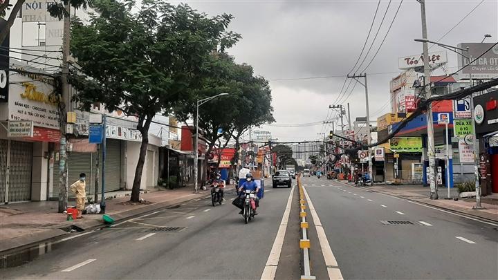 TP.HCM: Người dân quận 7 vui mừng trong ngày đầu thí điểm mở cửa trở lại - 4