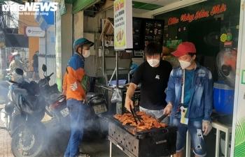 TP.HCM: Người dân quận 7 vui mừng trong ngày đầu thí điểm mở cửa trở lại