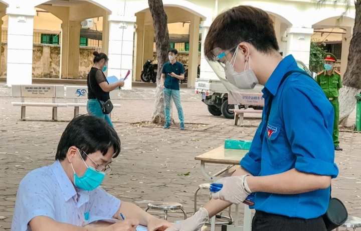 Mắc kẹt ở Hà Nội, sinh viên tình nguyện tham gia chống dịch COVID-19