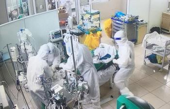 """""""Cuộc chiến"""" ở tầng điều trị bệnh nhân COVID-19 cao nhất của Hà Nội"""