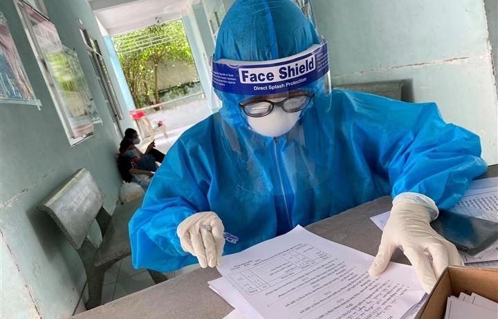 3 nhân viên y tế ở Hà Nội dương tính SARS-CoV-2