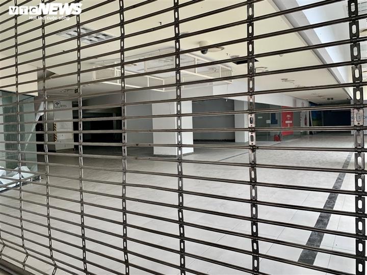Hà Nội nới lỏng giãn cách, trung tâm thương mại vẫn ngủ vùi trong vắng lặng - 16
