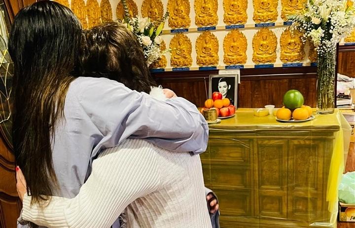 Con gái tổ chức lễ cầu siêu cho Phi Nhung ở Mỹ